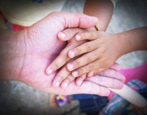 handen van ouder en kinderen, familie